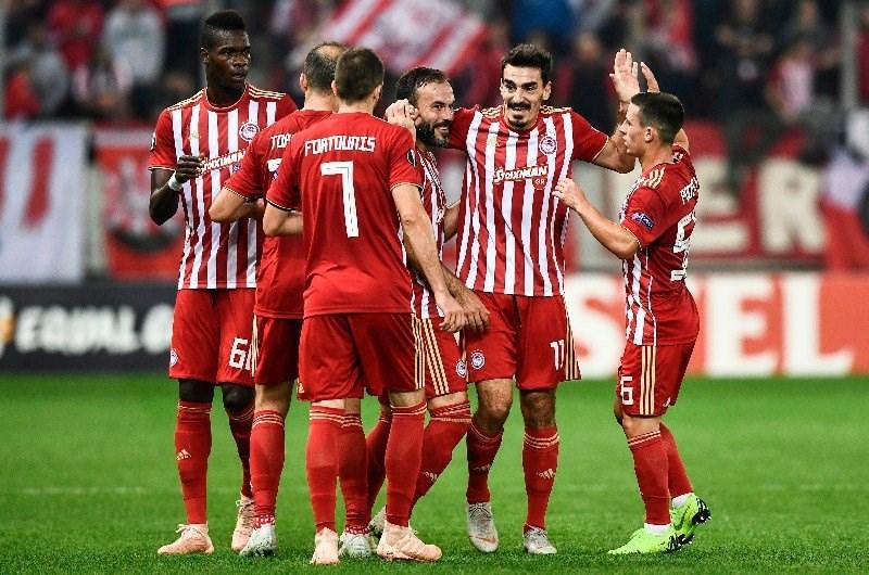 Olympiakos-celebrate-spurs